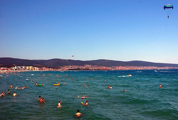 Burgas, panorama grada i plaže sa mora